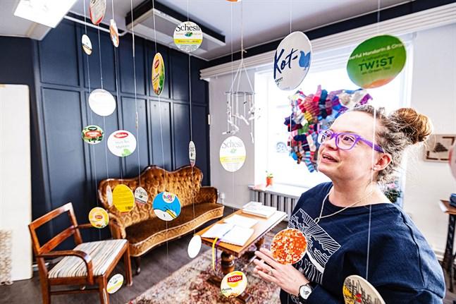 Christa Friberg har sin öppna ateljé på Storgatan i Jakobstad.
