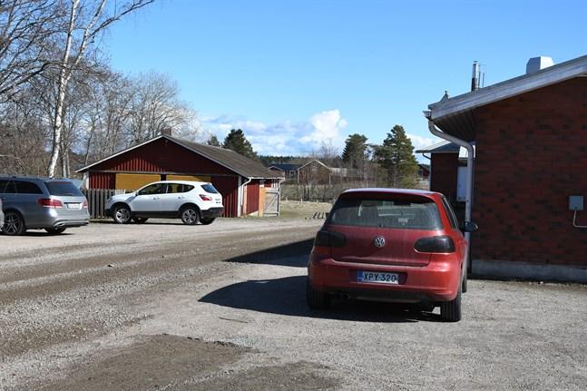 Placeringen av barackerna är inte klar, men ett alternativ är att placera dem i närheten av uthuset bakom skolan.