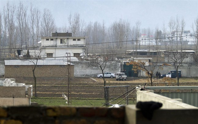 Pakistanska poliser utanför Usama bin Ladins hus i Abbottabad, där al-Qaida-ledaren sköts ihjäl av en amerikansk insatsstyrka i maj 2011.