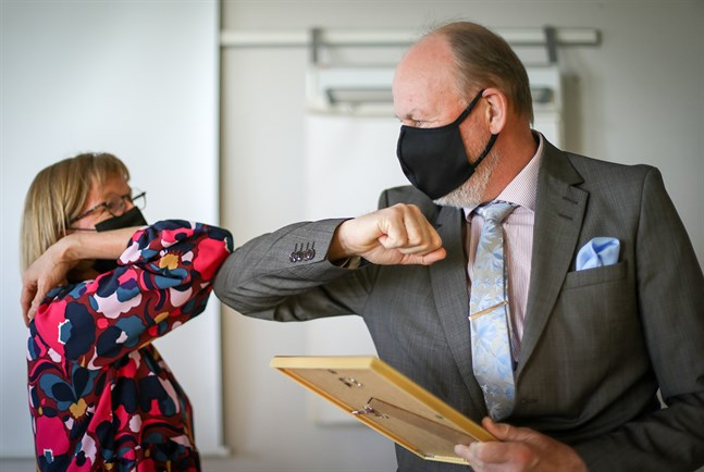 Kpedus rektor Sirkku Purontaus delade ut diplomet åt Alertes vd Håkan Forss.