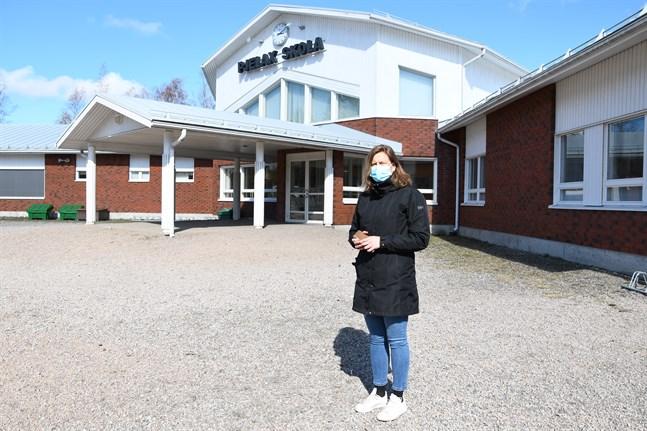Pjelax skola, som är dimensionerad för tre klasser, får sex basklasser i höst, berättar rektor Mona-Lisa Göthelid. Och då behövs mera utrymme.