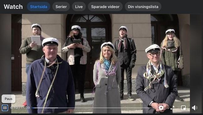 Lisbeth Fagerström, rektor i Vasa, håller tal. På trappan står också dekanus Fritjof Sahlström och ledande rektor för Vasa övningsskola Bernt Klockars. Sång från studentkören pedavoces (Toni Lahnakoski, Molly Feiring, Robkin Källström och Linnea Dahlvik).