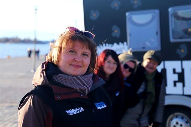 """Chatarina Fjällström med tre andra ungdomsledare från Vasa stad i bakgrunden. Ikväll, på valborgsmässoafton, är de sex stycken """"Walkers""""."""