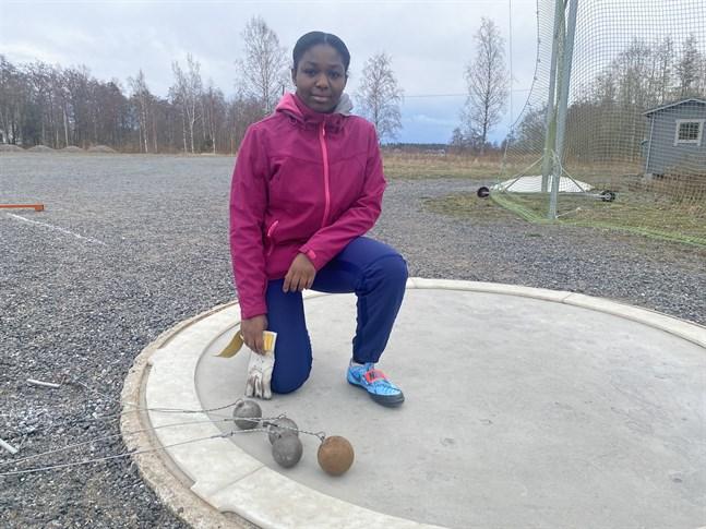 Det har blivit många träningskast vid den nya kastplatsen på  Varvsbacken i Kristinestad för IF Länkens finländska mästare Emmanuela Koomson.
