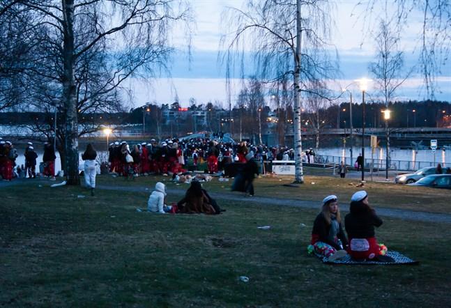 En stor folksamling befann sig i Hovrättsparken vid 22-tiden på fredagskvällen.