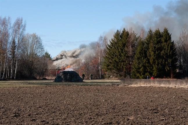 Uthuset såg ut att förstöras helt i branden.