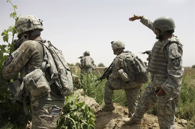En afghansk tolk (till höger) vid en amerikansk militärinsats i Kandahar i Afghanistan. Arkivbild.