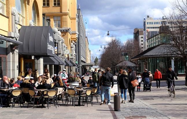 Maj för med sig lindrigare coronarestriktioner i Österbotten. Nu får upp till 20 personer samlas och restaurangerna får ta in mer folk.