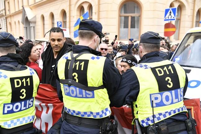 Den största manifestationen den 1 maj hölls i centrala Stockholm och upplöstes av polis. Men grupper av människor samlades på flera håll.