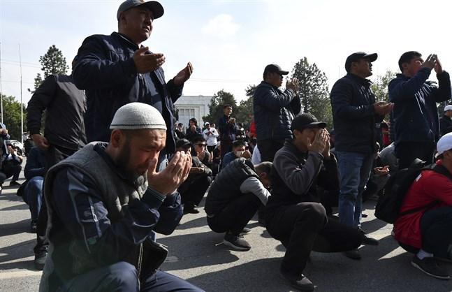 Människor sörjer anhöriga och vänner som dödats i gränskonflikten mellan Kirgizistan och Tadzjikistan.