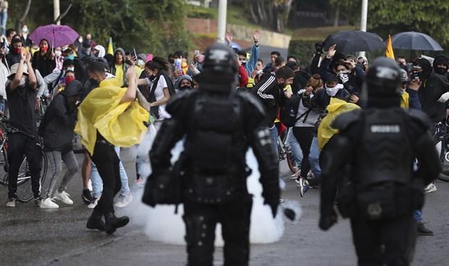Protester i Bogotá under lördagen.