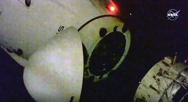 Rymdfarkosten Crew Dragon lämnar ISS. Bild från Nasa.
