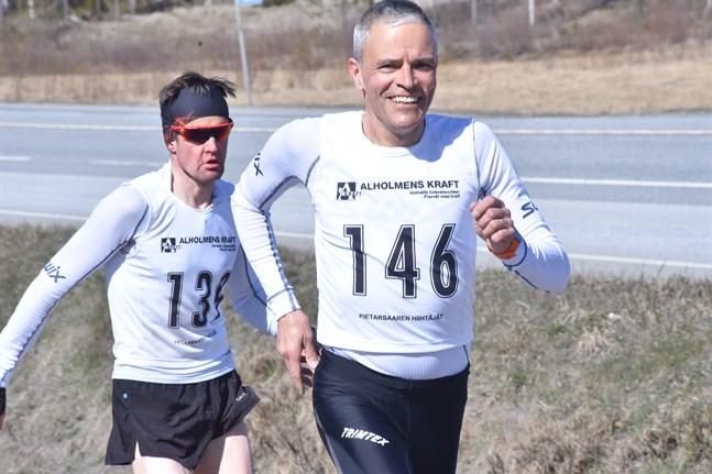 Leendets Lindvall och allvarets Wikblom. Bo-Göran Lindvall vann DM i 55-årsklassen efter att ha sprungit 10 km på 38.00,7. Niklas Wikblom lade beslag på silvermedaljen i 50-årsklassen med tiden 38.26,5. Båda tävlar för IFN.