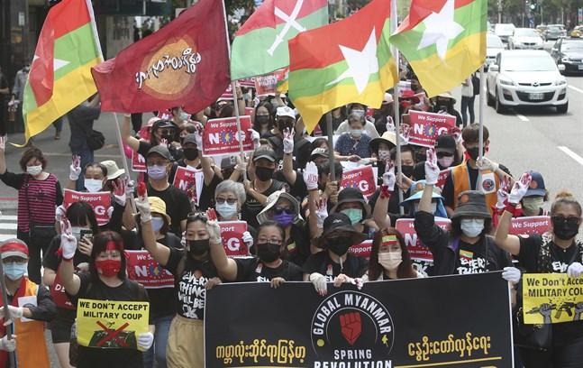 Myanmarier i Taiwan demonstrerar mot militärjuntan.