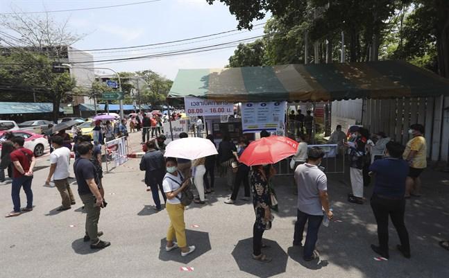 Folk köar för att coronatesta sig i Bangkok, Thailand. Arkivbild.