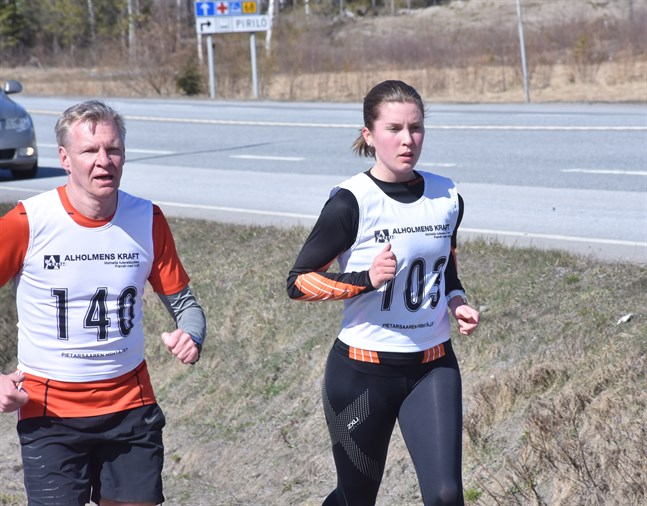 Andrea Lilja öppnade behärskat och var stark på slutet på damernas 10 km. Till vänster Kaj Portin, som tävlade i veteranernas 50-årsklass.
