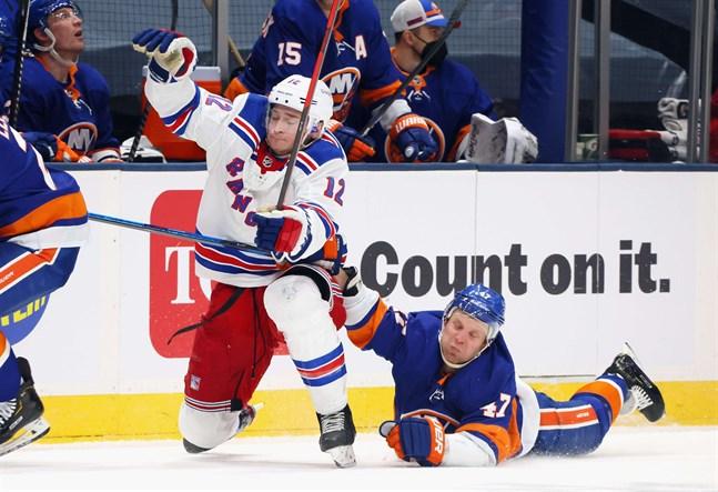 Islandersspelaren Leo Komarov gör sitt bästa för att bromsa Julien Gauthiers framfart (nummer 12) i segermatchen natten till söndag.