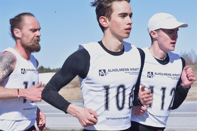 Det var avslappnade miner ännu ett par kilometer in i loppet. Robin Kronqvist (nummer 106) och Kevin Sandell springer sida vid sida med Björn Sandler hack i häl.