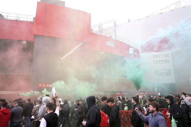 Manchester United-supportrar forcerar avspärrningarna för att ta sig in på Old Trafford.