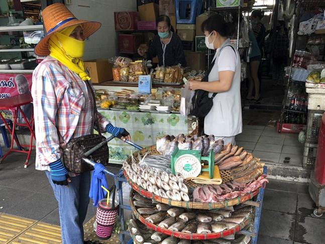 En marknad i Thailands huvudstad Bangkok. 76 procent av de thailändska arbetstagarna uppger att de fått sänkta inkomster under covidpandemin.