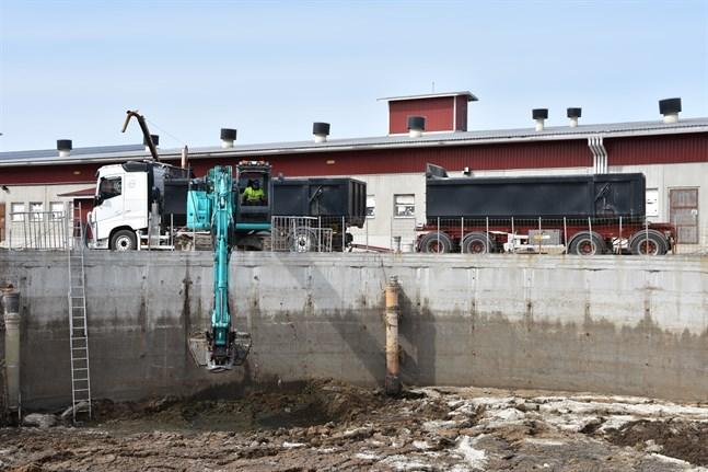 Spillning från grisarna på Heikkilä gård i Rusko processas och transporteras till en gård i Humppila inom ramen för ett treårigt projekt som John Nurminens Stiftelse driver.