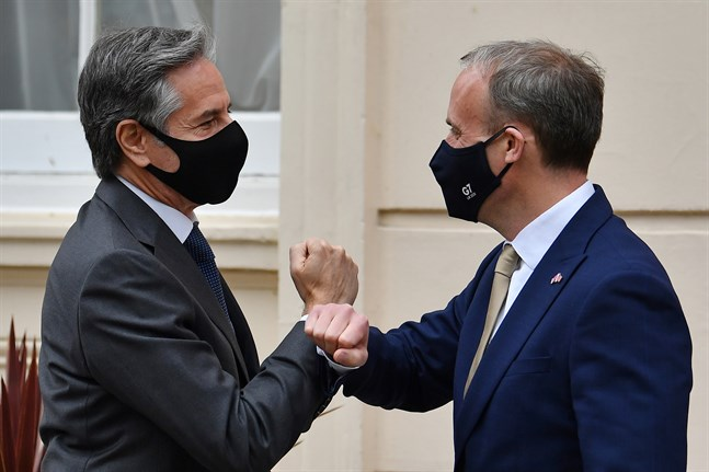 USA:s utrikesminister Antony Blinken (vänster) välkomnas av brittiske kollegan Dominic Raab.