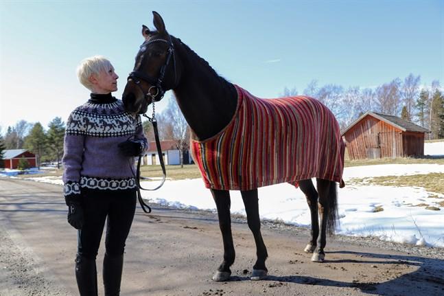 Josefine Blomqvist-Saari har designat och stickat ett hästtäcke åt Madde. Det krävdes många mätningar och provningar innan det satt bra.