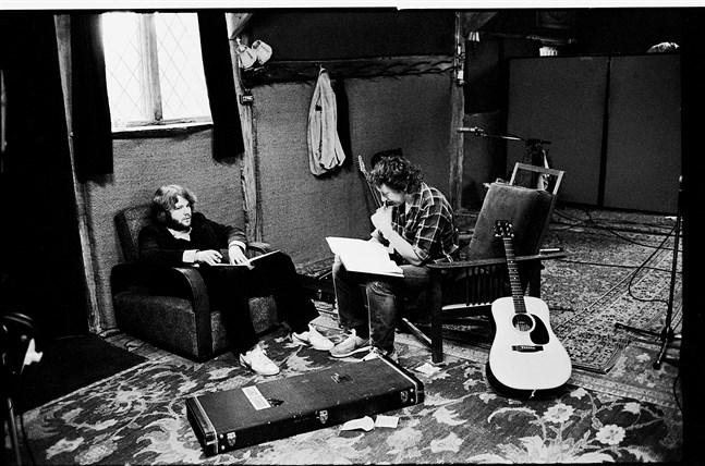 Kjell Andersson (till vänster) och Ulf Lundell i Ridge Farm Studio, Surrey, England, april 1980.