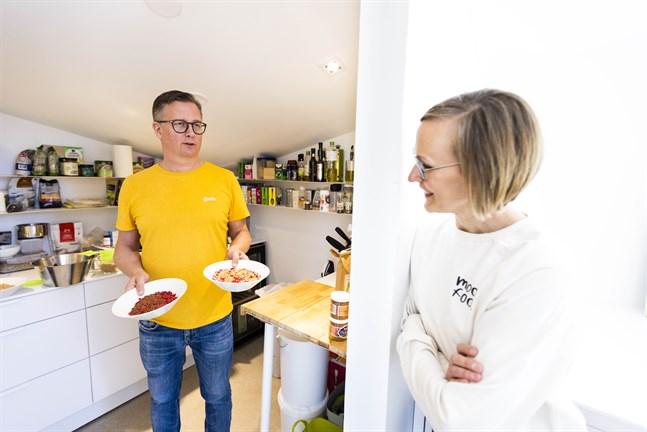 Här i skafferiet har Tuukka Turunen jobbat fram familjens müsli. Produktutvecklingen pågick i fyra år. Mervi Turunen säger att nästa steg för företaget är att lansera gröt.