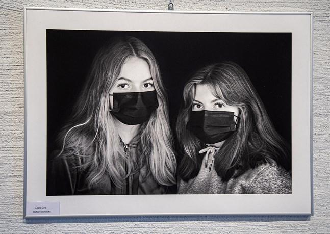 """Staffan Storbackas porträtt av de egna döttrarna Hanna och Emma ingår i Jakobstads Fotoklubbs utställning på Tobaksmagasinet. """"Covid girls"""", kallar han bilden."""