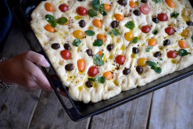 Focaccia med tomater, oliver och örter. Det här är mums på italienska.
