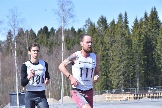 BJörn Sandler (111) tände grillen med ojämna mellanrum under landsvägs-DM, men Robin Kronqvist kunde ändå spurta hem mästerskapet.