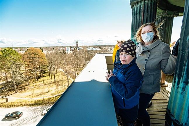 Aron Wickman och mamma Mikaela Wickman ser på utsikten.