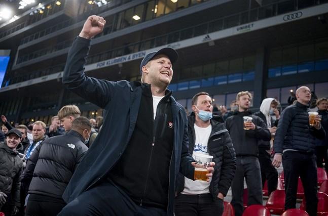 FC Köpenhamns-supportrar jublar efter 3–2-segern hemma på Parken mot Århus. Över 10000 åskådare fick se matchen på plats.