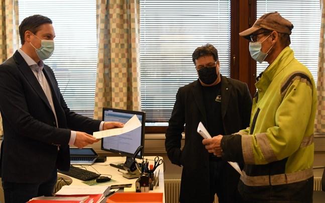 SDP i Närpes lyckades få med fler kvinnor än för fyra år sedan men hade gärna tagit med fler. Bilden är från då Peter Sjökvist och Peter Ruths lämnade in partiets kandidatlista till förvaltningsdirektör Björn Häggblom (till vänster).
