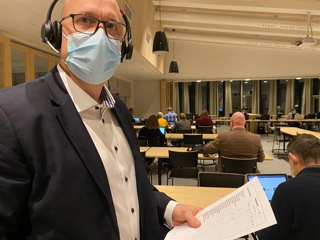 På fullmäktiges möte i slutet av februari var Ted Saari, SFP, ännu osäker på kommunalvalet. Men nu är han med då flytten från Kina blev klar.