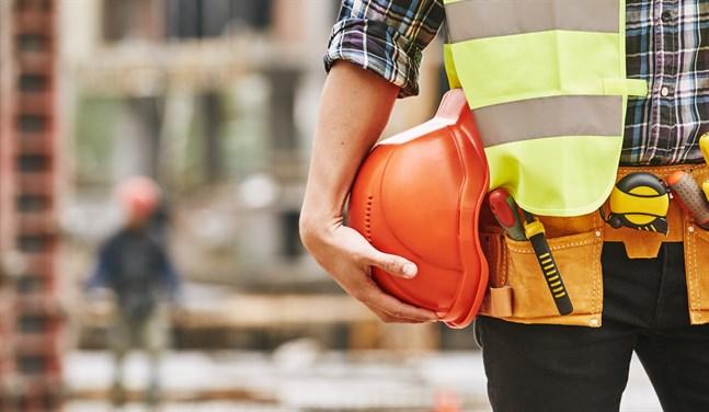 Antalet nya lediga arbetsplatser ökade i nästan alla yrkesgrupper, mest i yrkesgruppen för byggnads-, reparations- och tillverkningsarbetare. I denna yrkesgrupp minskade också antalet arbetslösa mest.