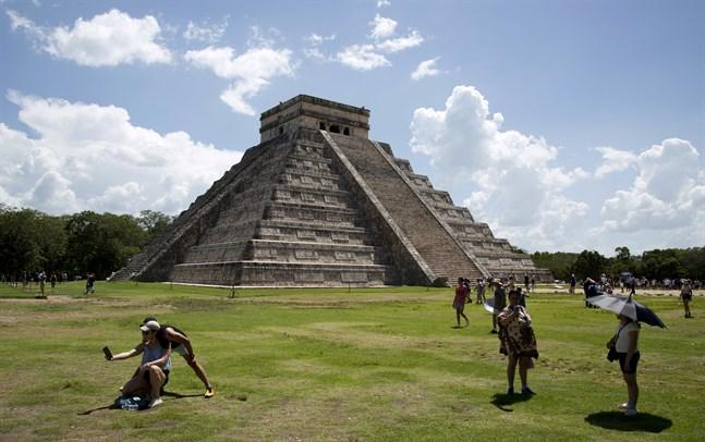 Turister besöker Chichén Itzá, en övergiven Mayastad i sydöstra Mexiko. Arkivbild.
