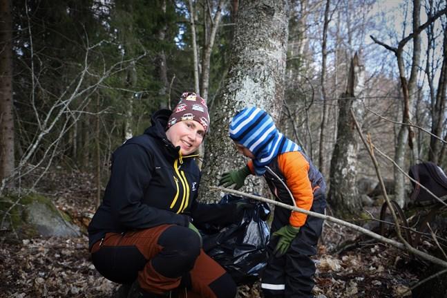 Caroline Nordman Granholm och sonen Alex hjälpte till att städa i skogen nära bostadsområdet Västerängen, ett av Vasas nyaste bostadsområden.