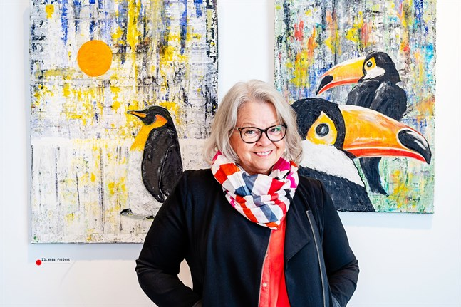 Katta Svenfelt identifierar sig med sina färgglada tavlor.