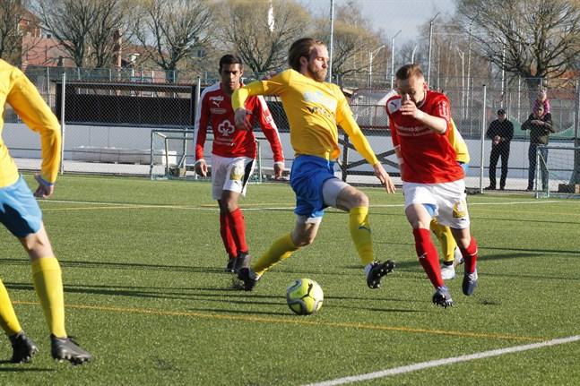 Det blev en överraskande jämn match då Sporting och Kraft möttes i Kristinestad. Här är det Krafts Kevin Peth i en närkamp med Sportings Sifet Becic.