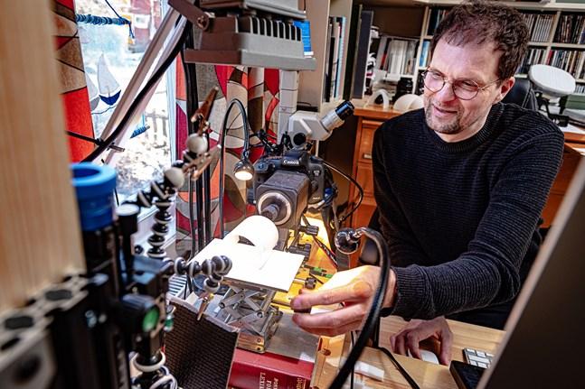Robert Back har byggt ihop sin egen utrustning för att kunna fotografera och dokumentera insekter.