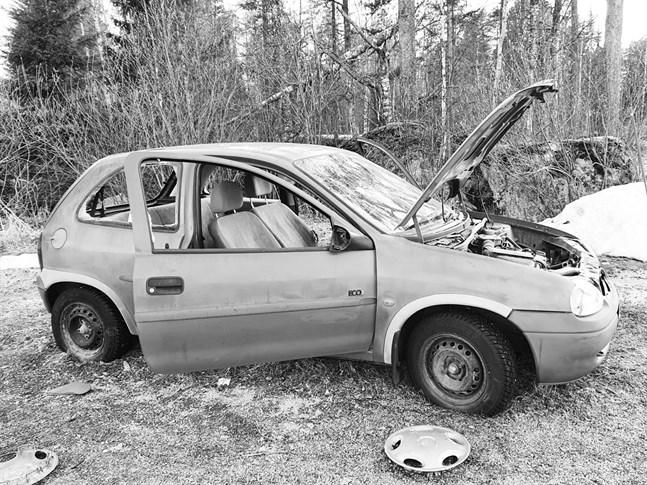 Bilen bakom ishallen i Nykarleby var rejält sönderslagen.