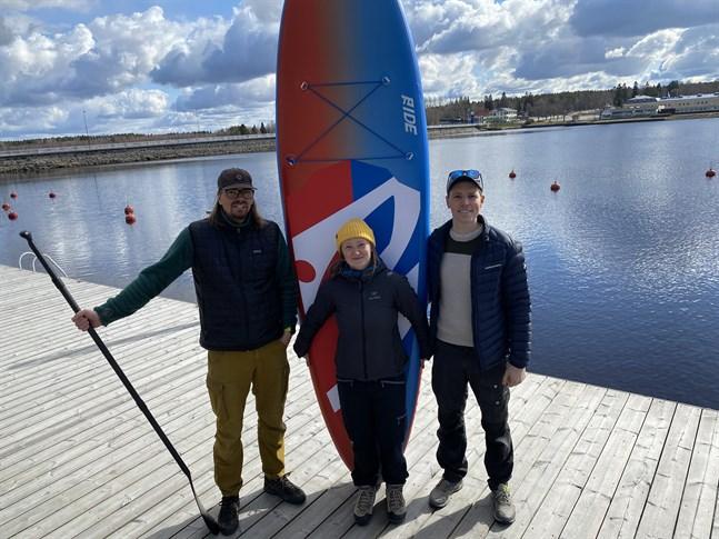 Björn Lindell, Ida Mansner och Jan Lillhannus står bakom det nya företaget som ska hyra ut SUP-brädor och kajaker i centrala Kristinestad i sommar.