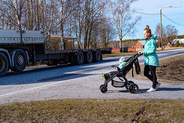 Flygfältsvägens cykelled ska vara klar i höst. På bild Ronja Lopes och sonen Miguel.