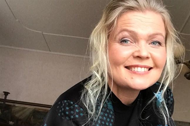 """Eva-Lott Björklund klädd i en klänning som hennes mamma bar på 1970-talet. Den har hade hon på sig när hennes konsertfilm """"Hyllning till Mor"""" spelades in i Kronoby våren 2021."""