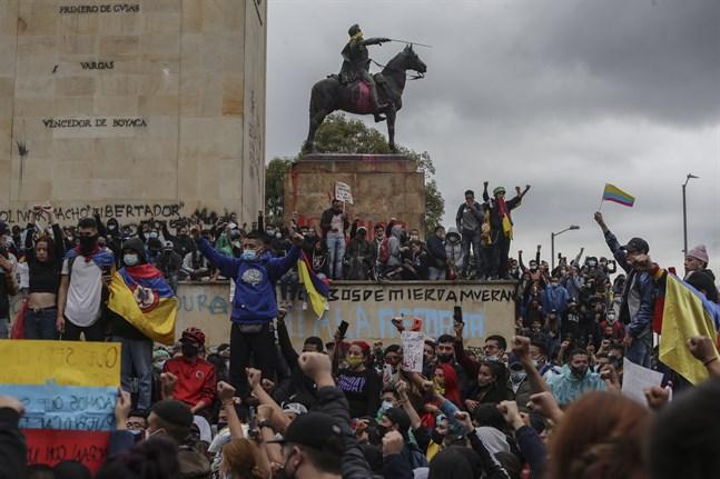 Demonstranter protesterar mot regeringen i Colombias huvudstad Bogotá på onsdagen.