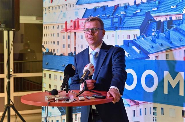 Samlingspartiets ordförande Petteri Orpo säger att partiet drar tillbaka sin riktlinje om att rösta blankt i riksdagen nästa vecka. Arkivbild.