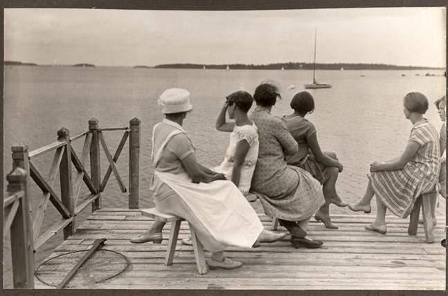 På bryggan hos familjen Bruun. Kråkfjärden i bakgrunden.