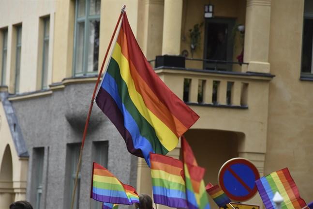 Oulu Pride anser att polismannens skriverier om pridefestivaler har tärt på det grundläggande förtroendet för polisen.